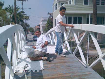 Rodrigo Santos and his crew painting the Linnie Court bridge over Eastern Canal today, 8/12/2009.